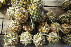 Ananas für Verkauf im Markt, Draufsicht Lizenzfreies Stockfoto