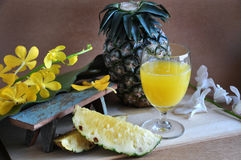 Ananas frais avec le verre de jus d'ananas Images libres de droits