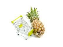 Ananas frais près de chariot Photo stock
