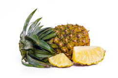 Ananas fresco con le fette isolate su bianco Immagine Stock
