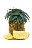 Ananas fresco con le fette isolate su bianco Fotografie Stock Libere da Diritti