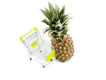 Ananas fresco di compera con il carrello Fotografie Stock