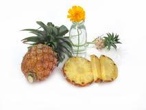 Ananas, ananas fresco ed affettato sui decori bianchi del fondo Fotografia Stock Libera da Diritti