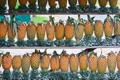 Ananas-Frucht-Anzeige für Verkauf auf kleiner Straße in Malwana Stockbild