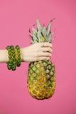 Ananas i kvinnahänder Arkivbild