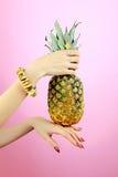 Ananas i kvinnahänder Fotografering för Bildbyråer