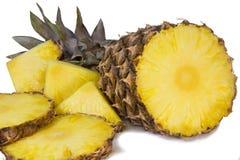 Ananas i plasterki ananas na białym tle. Zdjęcia Stock