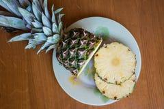 Ananas i swój plasterek z sercem kształtowaliśmy cięcie out kłama na drewnianym tle Zdjęcie Stock