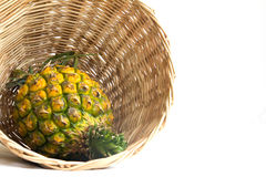 Ananas im hölzernen Korb Lizenzfreie Stockfotografie