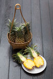 Ananas im Korb Stockbilder