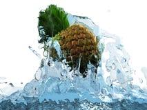 Ananas im Wasser Lizenzfreie Stockbilder