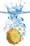 Ananas im Wasser Stockfotos