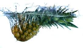 Ananas im Wasser lizenzfreie stockfotografie