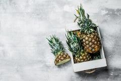 Ananas juteux mûrs dans la boîte photos libres de droits