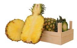 Ananas in krat Stock Afbeelding
