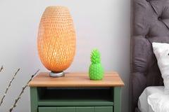 Ananas kształtował świeczkę i lampę na wezgłowie stole obraz royalty free