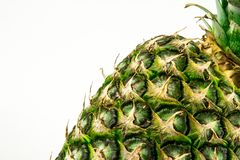 Ananas lokalisiert auf weißem Hintergrund Der rote Samen ist der Inhalt lizenzfreie stockfotos
