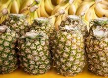Ananas mûr frais à vendre sur le marché Photos stock