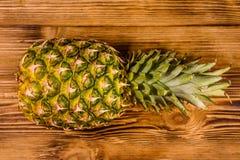Ananas m?r entier sur une table en bois Vue sup?rieure photo libre de droits