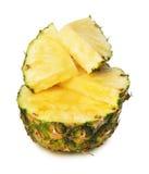 Ananas med ett skivastycke på den vita bakgrunden Arkivbild