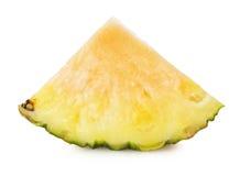 Ananas med ett skivastycke på den vita bakgrunden Arkivfoto
