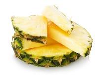 Ananas med ett skivastycke på den vita bakgrunden Arkivfoton