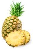 Ananas med skivor som isoleras på vit arkivfoto