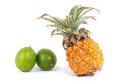Ananas met kalk Royalty-vrije Stock Foto's