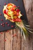 Ananas met vers exotisch vruchten close-up wordt gevuld dat Verticaal aan Royalty-vrije Stock Foto