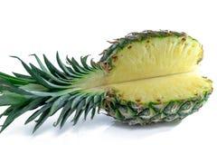 Ananas mezzo Fetta dell'ananas su bianco Ananas con i fogli A profondità totale del campo Fotografie Stock Libere da Diritti