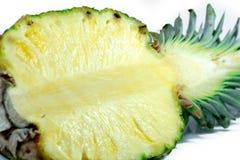 Ananas mezzo Fetta dell'ananas su bianco Ananas con i fogli A profondità totale del campo Fotografia Stock Libera da Diritti