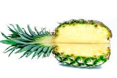 Ananas mezzo Fetta dell'ananas su bianco Ananas con i fogli A profondità totale del campo Immagine Stock Libera da Diritti