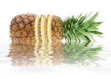 Ananas mit geschnittenen Scheiben Lizenzfreie Stockfotos