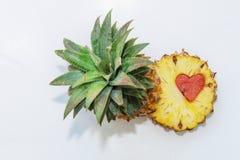 Ananas mit geschnitzter Form des Herzens Lizenzfreie Stockfotos