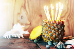 Ananas mit Kerzen Stockbild