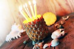 Ananas mit Kerzen Stockfoto