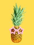 Ananas mit Sonnenbrille auf dem gelben Hintergrund, bunt Stockfotos