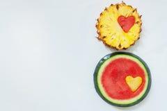 Ananas mit Wassermelone geschnitztem Herzen Stockfoto