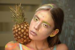 Ananas na dziewczyny ramieniu na koloru festiwalu zdjęcia royalty free