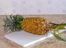 Ananas na plastikowym bielu bloku, desce lub Zdjęcia Royalty Free