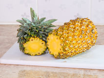 Ananas na plastikowym bielu bloku, desce lub Fotografia Royalty Free
