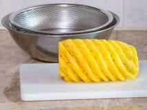 Ananas na plastikowym bielu bloku lub deska z stal nierdzewna b Zdjęcia Stock