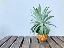 Ananas na stole zdjęcia royalty free