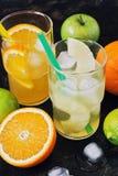 Ananas och orange fruktsaft med stycken av frukt i ett exponeringsglas Royaltyfri Foto
