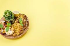 Ananas och persika grillad grillad picknick Fritt avstånd för text Sommarlunch kopiera avstånd lägenhet aly Arkivfoto