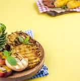 Ananas och persika grillad grillad picknick Fritt avstånd för text Sommarlunch kopiera avstånd lägenhet aly Arkivbild