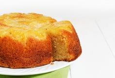Ananas Omgekeerde Cake op witte houten lijst Stock Afbeeldingen