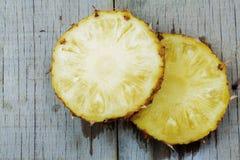 Ananas op houten wordt gesneden die Stock Foto's