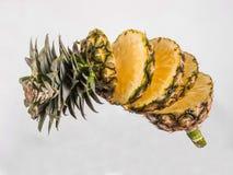 Ananas op wit stock afbeeldingen