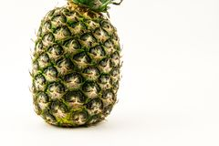 Ananas op witte achtergrond wordt geïsoleerd die De zomerfruit stock foto